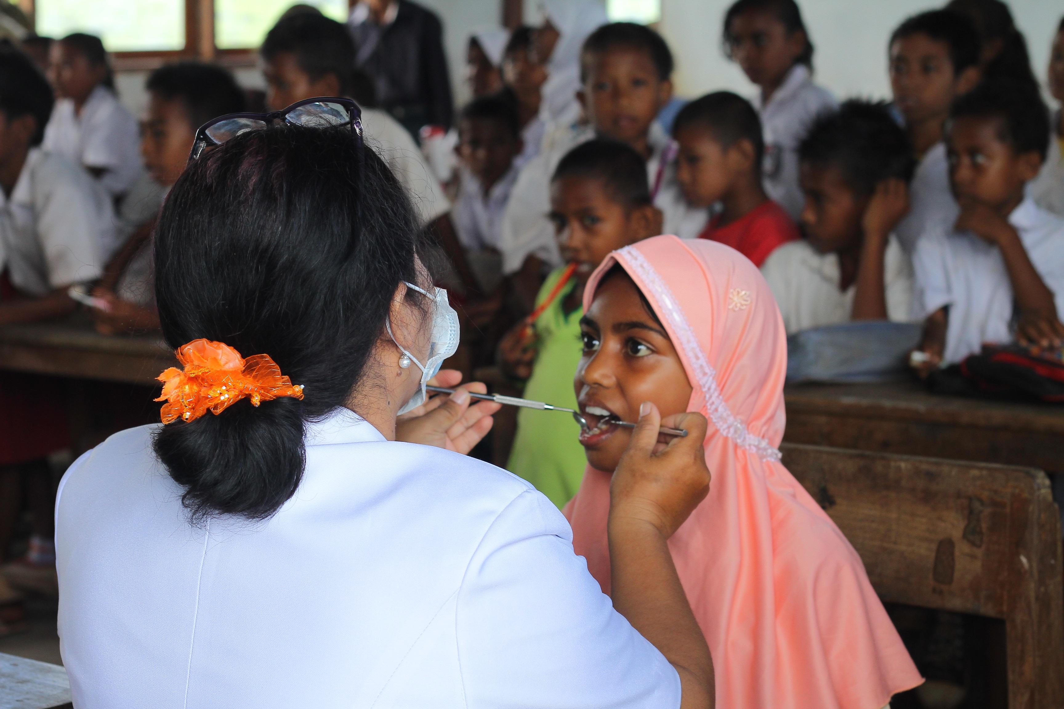 Oral health examination gear